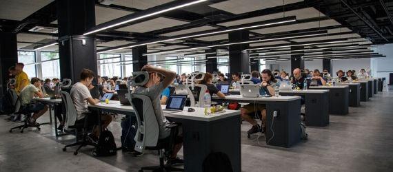 Офис открытого типа побуждает людей работать дома
